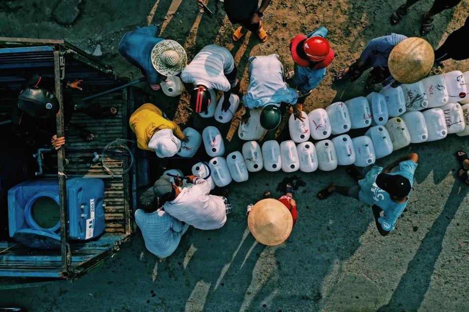 Người dân huyện Ba Tri, tỉnh Bến Tre mua nước sạch với giá 120.000đ/ mét khối nước. | Nguồn: Báo ảnh Việt Nam