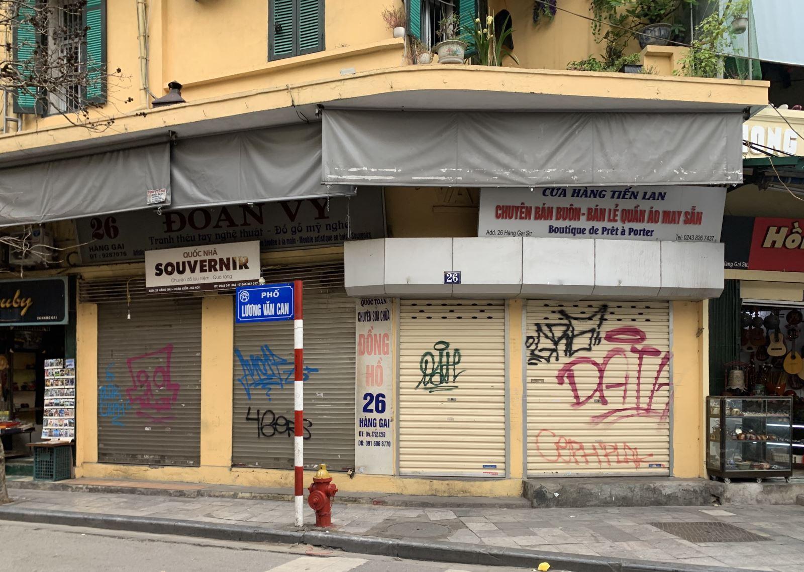 Ba tháng đầu năm, đại dịch Covid-19 đã khiến 35.000 doanh nghiệp trên cả nước rời khỏi thị trường. Trong ảnh: Nhiều cửa hàng có vị trí đẹp ở khu phố cổ Hà Nội cũng phải đóng cửa tạm nghỉ hoặc sang nhượng vì không có khách, kể cả từ trước khi thực hiện cách ly xã hội. Ảnh: baotintuc.vn