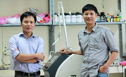 TS Đỗ Hoàng Tùng và TS Nguyễn Thế Anh bên chiếc máy PlasmaMed   Ảnh: PlasmaMED