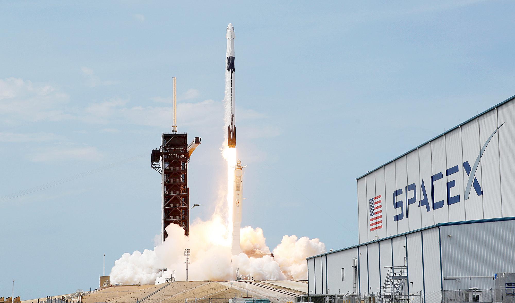 """Tàu Crew Dragon 4 chỗ, hình dạng giống với các tàu Apollo trước đây nhưng được trang bị các công nghệ hiện đại. """"Chúng tôi đã ngủ một ít vào đêm qua. Chúng tôi ngạc nhiên khi có thể ngủ rất ngon trên chiếc tàu mới này"""", Behnken cho biết. Trước đó, tên lửa Falcon 9 đưa tàu Crew Dragon lên quỹ đạo từ bệ phóng 39A ở Trung tâm Vũ trụ Kennedy của NASA, Florida (Mỹ) vào ngày 30-5 (giờ Mỹ) - Ảnh: NASA"""