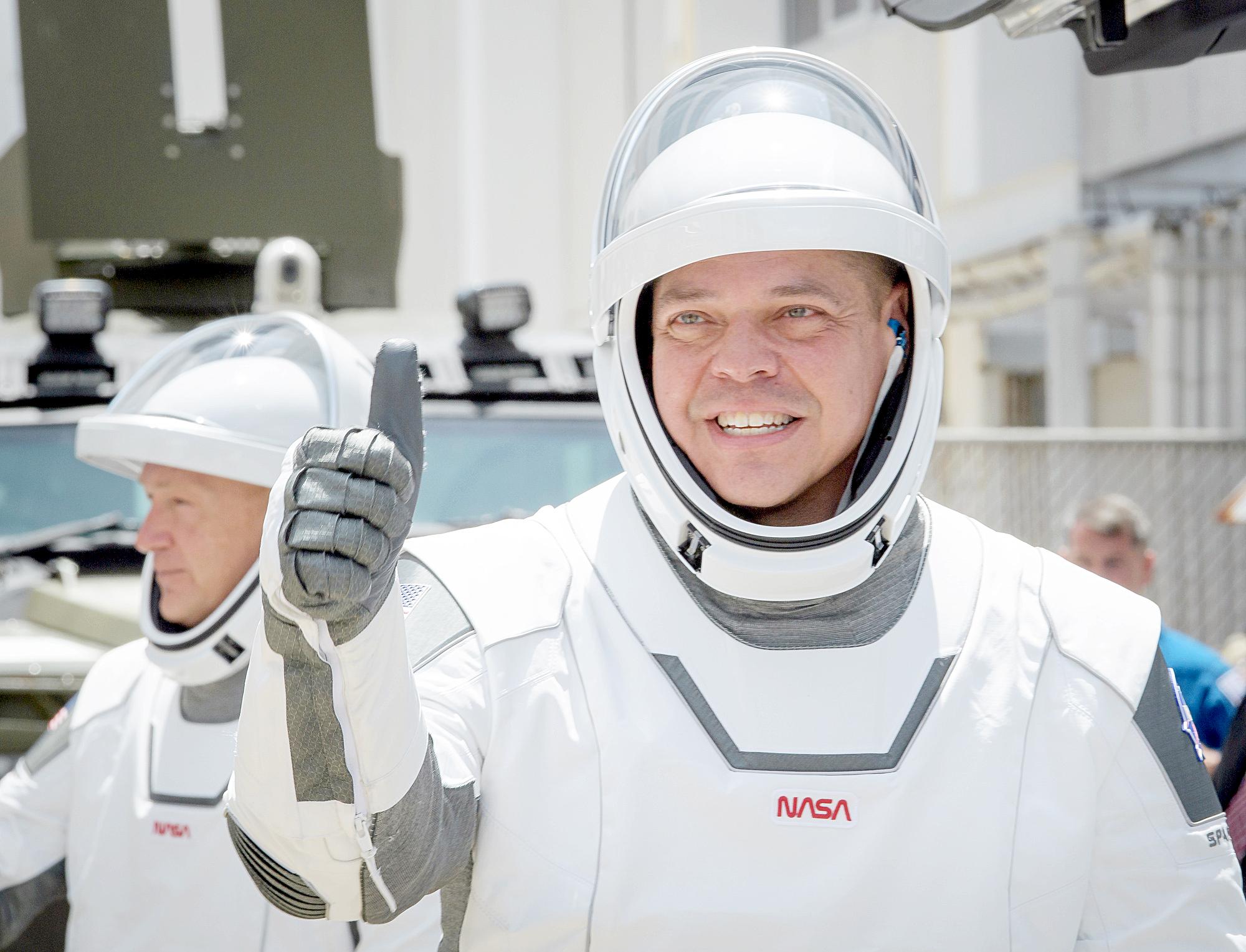 Doug Hurley và Bob Behnken là 2 người nhận nhiệm vụ lần này. Cả hai cũng từng có kinh nghiệm đi trên các tàu con thoi. Tại ISS, họ sẽ kết hợp với đồng nghiệp Chris Cassidy và 2 phi hành gia người Nga ở đây thực hiện các nhiệm vụ khoa học - Ảnh: NASA