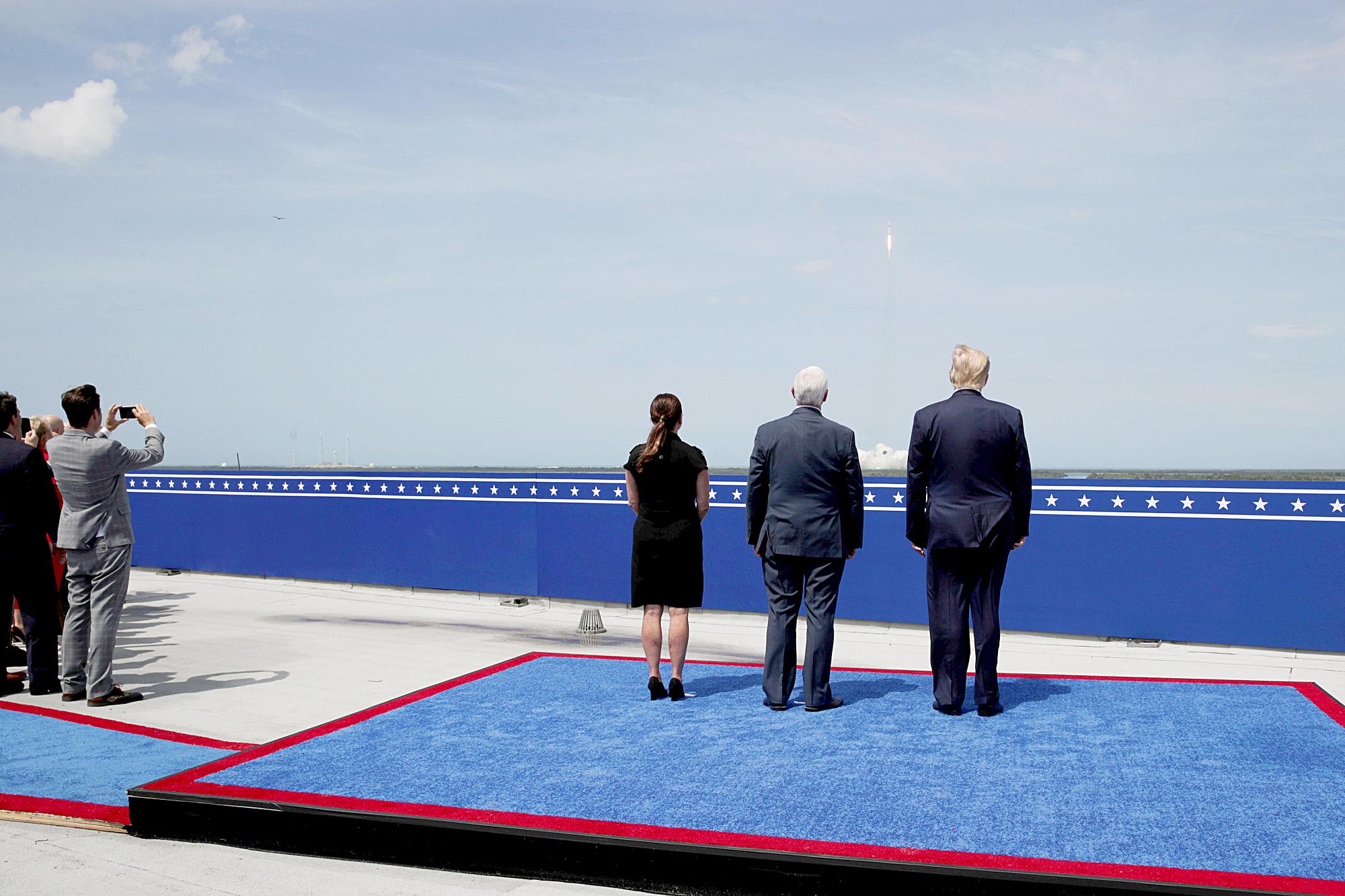 Tổng thống Donald Trump, đệ nhất phu nhân Melania và Phó Tổng thống Mike Pence đã đến theo dõi buổi phóng tàu - Ảnh: NASA
