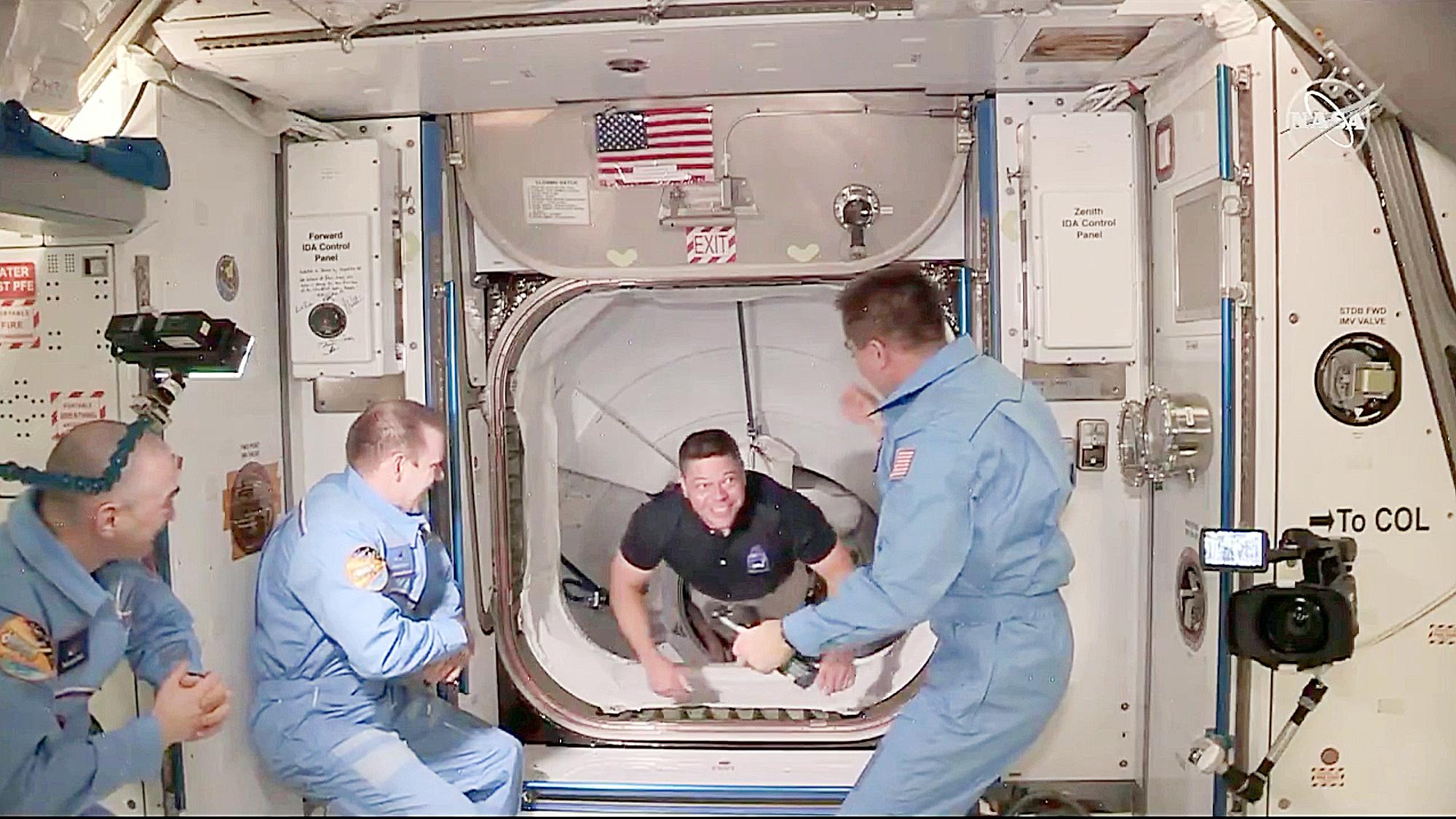 Chuyến bay đánh dấu SpaceX trở thành doanh nghiệp tư nhân đầu tiên chở phi hành gia vào vũ trụ. Trong ảnh: 2 thành viên mới từ Crew Dragon vừa đặt chân lên ISS - Ảnh: NASA