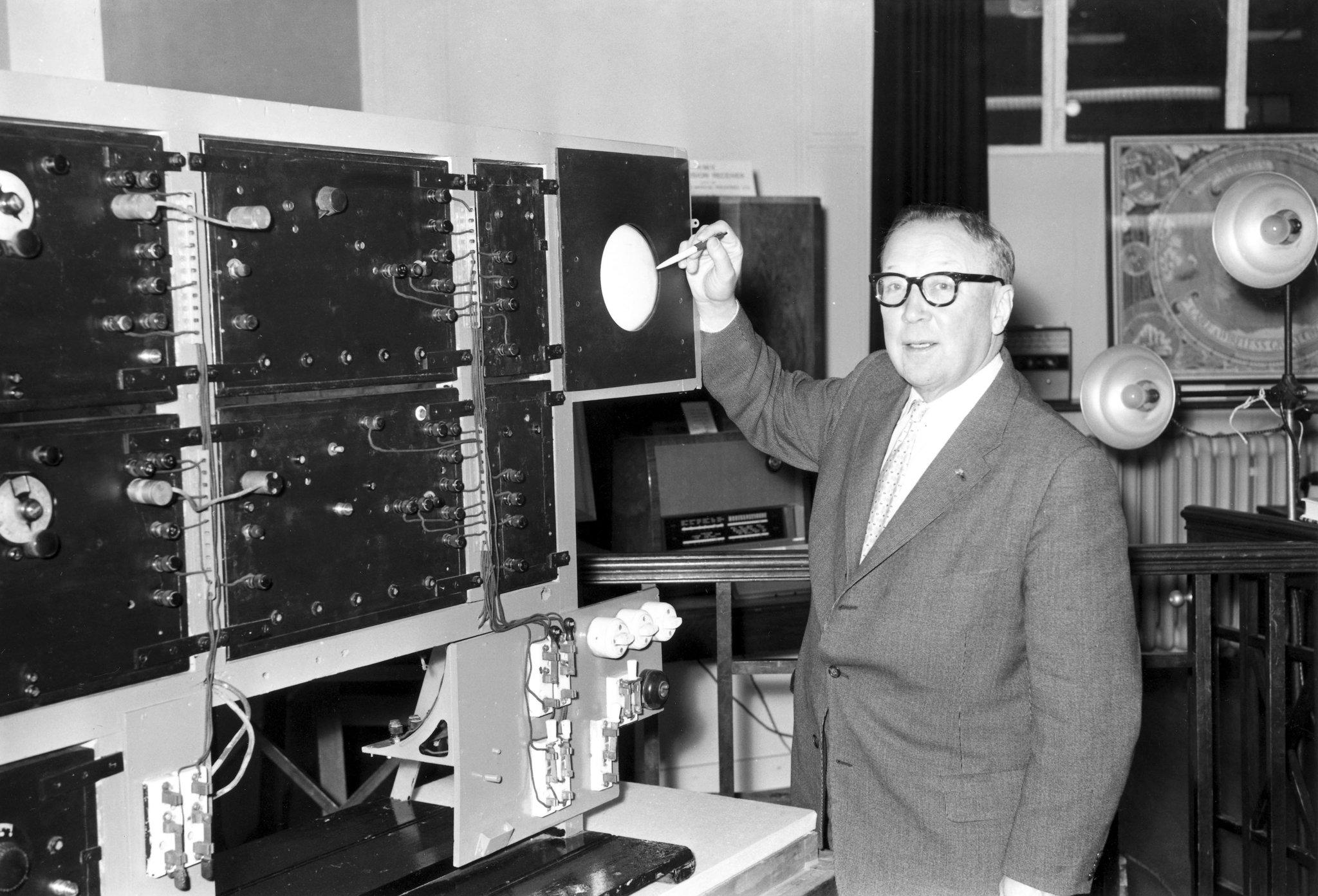 Nhà phát minh Robert Watson-Watt đứng bên cạnh hệ thống radar giúp phát hiện máy bay địch. Ảnh: Science Museum.