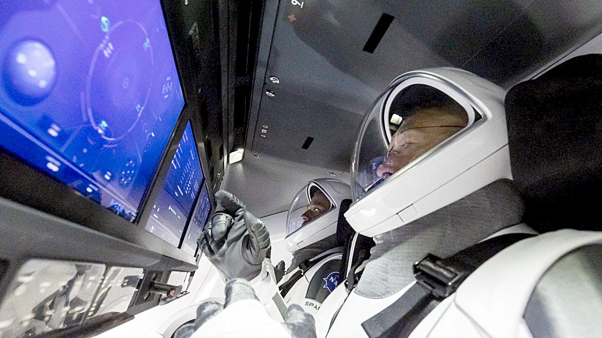 Thử thách với Crew Dragon vẫn còn phía trước. Sau khi các phi hành gia xong nhiệm vụ trong 4 tháng tới, Crew Dragon tiếp tục chở họ về Trái đất. Chuyến đi này không dễ dàng, dù Crew Dragon được trang bị một lớp lá chắn nhiệt và 4 chiếc dù nhằm giảm tốc độ của tàu vũ trụ khi rơi xuống Đại Tây Dương. Đến lúc đó mới có thể khẳng định nhiệm vụ này của Crew Dragon hoàn toàn thành công hay không. Trong ảnh: Doug Hurley và Bob Behnken đang điều khiển Crew Dragon - Ảnh: NASA