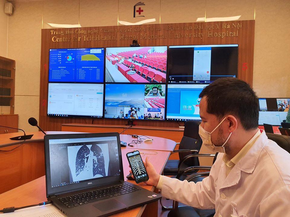 Bác sĩ chẩn đoán bệnh thông qua phim chụp lồng ngực và phổi được truyền trên hệ thống khám chữa bệnh từ xa ngày 18/4/2020. Nguồn: ĐH Y Hà Nội