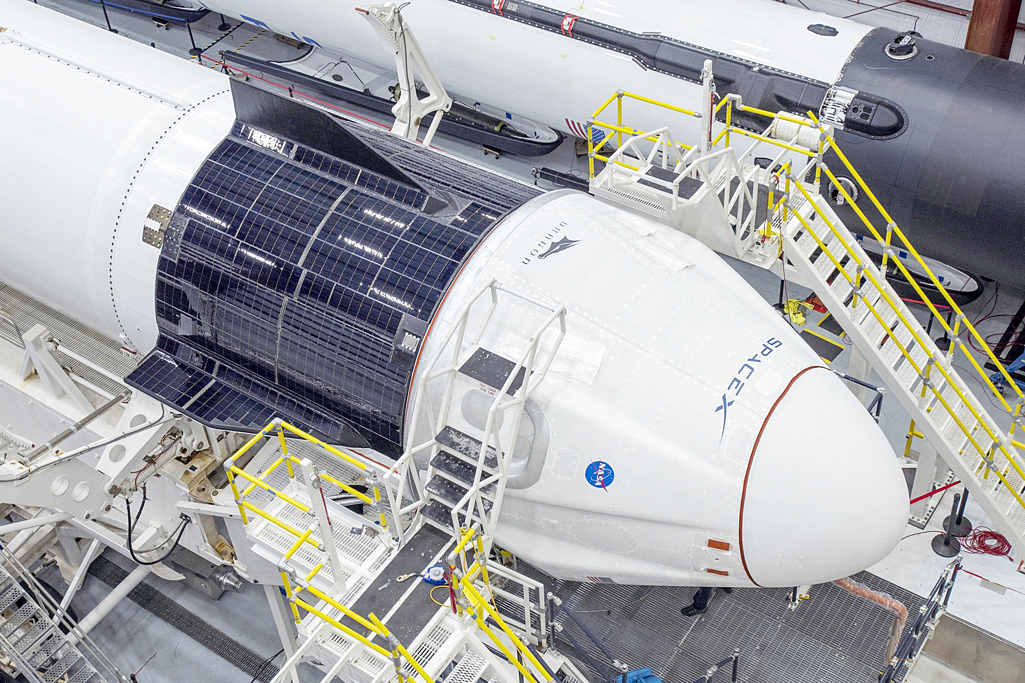 Kể từ chương trình tàu con thoi 30 năm kết thúc năm 2011, Mỹ đều nhờ vào các tàu của Nga nếu muốn lên ISS với chi phí khoảng 86 triệu USD mỗi người. Năm 2014, NASA ký hợp đồng gần 6,8 tỉ USD với hai tập đoàn là Boeing và SpaceX chế tạo tàu vũ trụ thay thế - Ảnh: NASA