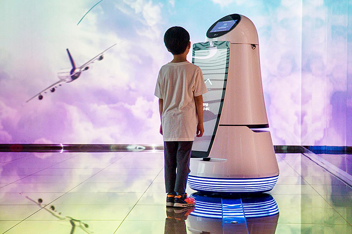 Robot hướng dẫn của LG tại sân bay quốc tế Incheon có thể ghi nhận bốn ngôn ngữ. Nguồn: Jonas Gratzer/LightRocket via Getty Images