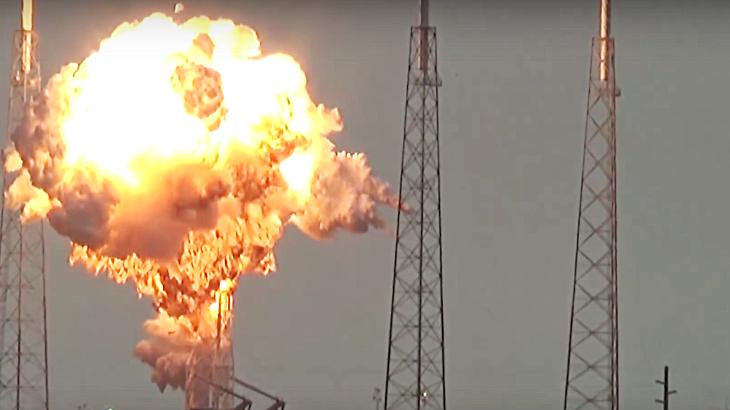 SpaceX từng vượt qua nhiều trở ngại trước khi tạo được bước ngoặt như hiện nay. Trước đó hồi tháng 4-2019, khoang tàu Crew Dragon từng bị hủy trong thử nghiệm trên mặt đất ở Cape Canaveral. Năm 2016, một tên lửa Falcon 9 cũng phát nổ sau khi bay 139 giây. Trong ảnh là đợt phát nổ vào năm 2016 - Ảnh: NASA