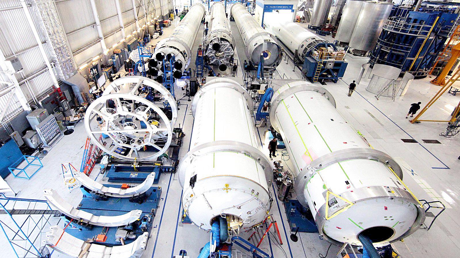 """Hiện tại, SpaceX có khoảng 7.000 nhân viên và ngân sách hoạt động là 1,7 tỉ USD/năm. Trong khi đó, NASA có khoảng 17.500 nhân viên và ngân sách hoạt động 20 tỉ USD/năm. Dù hơi """"lép vế"""" về nhân lực và tài chính, SpaceX hiện đi tiên phong so với NASA trong việc phát triển rất nhiều công nghệ phức tạp và táo bạo - Ảnh: NASA"""