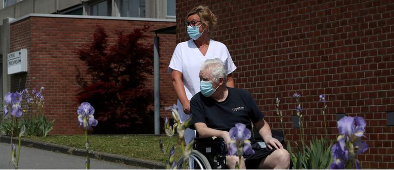Coronavirus có thể gây ra hội chứng  rối loạn thần kinh Guillain–Barré, cuối cùng có thể dẫn đến tê liệt. Ảnh: REUTERS/Yves Herman