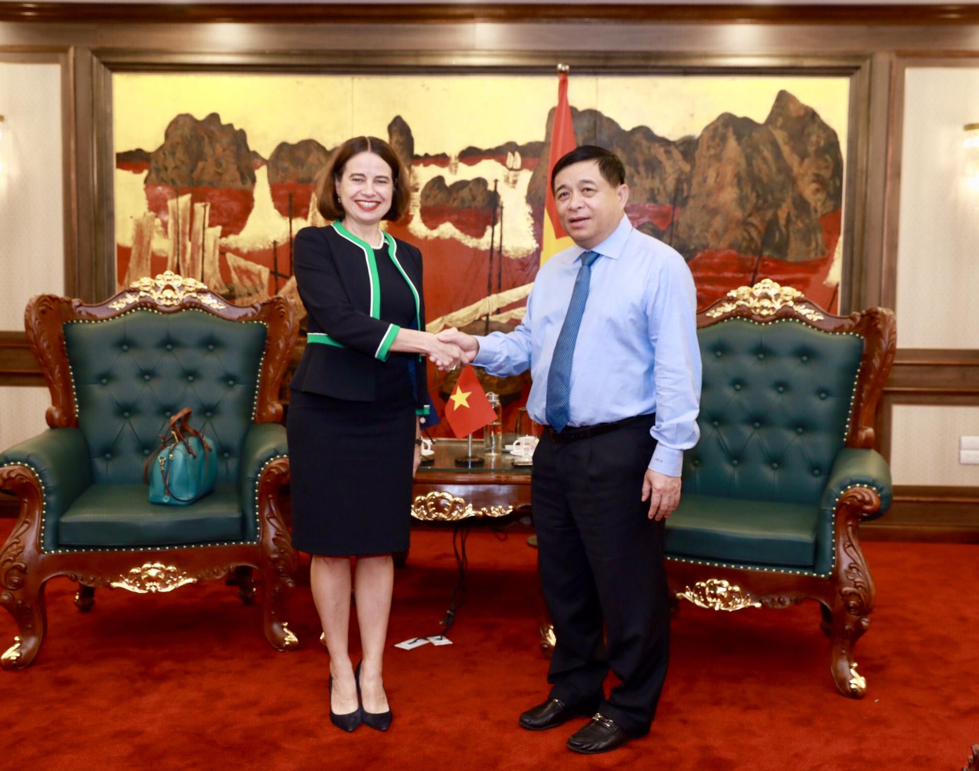 Bộ trưởng Bộ KH&ĐT Nguyễn Chí Dũng (phải) thảo luận với Đại sứ Australia tại Việt Nam Robyn Mudie về mối quan hệ hợp tác phục hồi nên kinh tế hậu COVID-19. | Ảnh: ĐSQ Australia