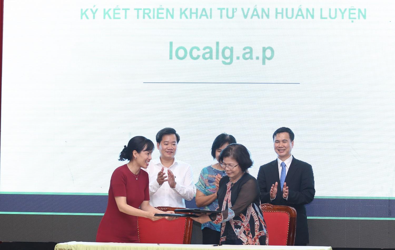 Bà Vũ Kim Hạnh, (trái) chủ tịch HDNHVNCLC cùng bà Từ Thu Hiền, Tổ chức Hỗ trợ dân tộc thiểu số cải thiện sinh kế, thuộc Ủy ban Dân tộc Quốc hội ký kết tập huấn LocalGap.