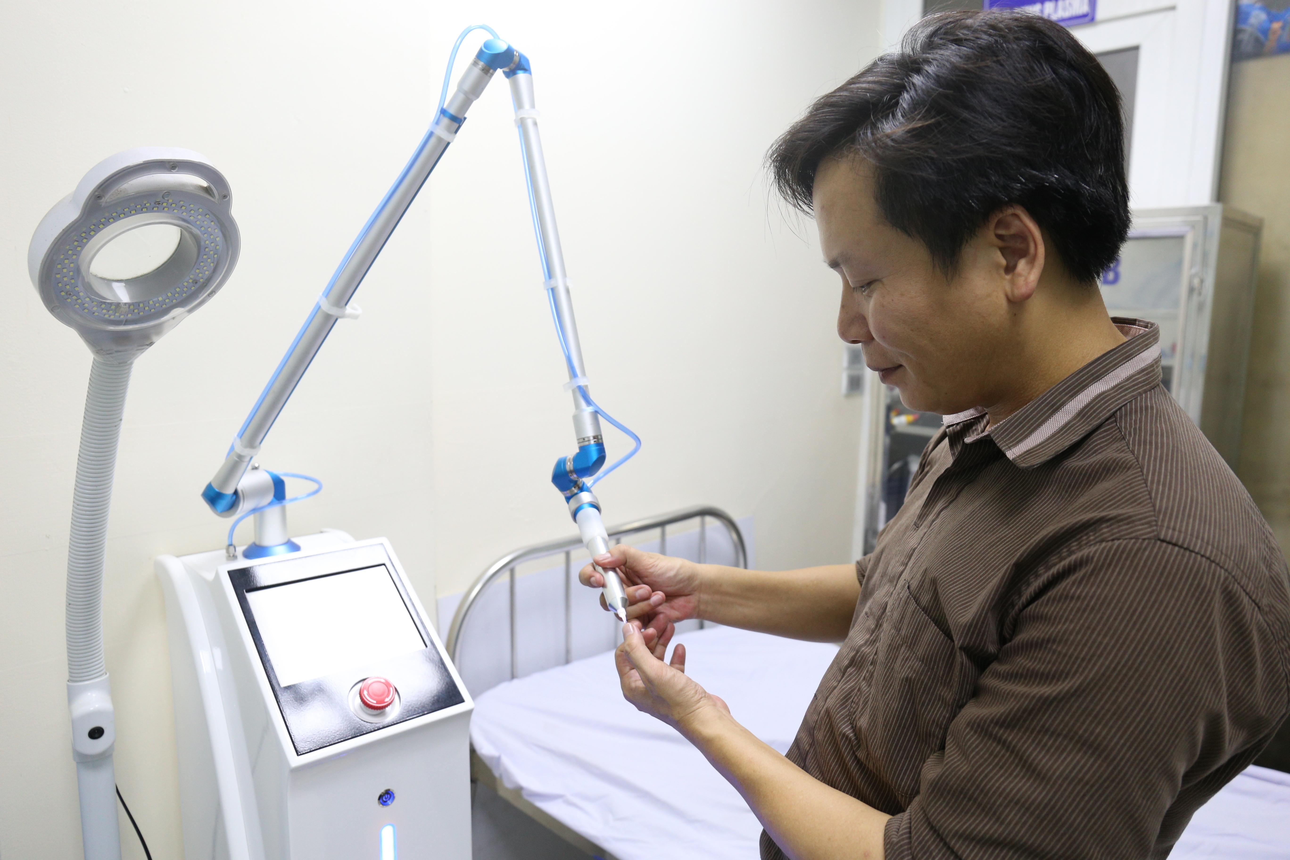 TS Nguyễn Thế Anh bên chiếc máy chiếu tia plasma lạnh.