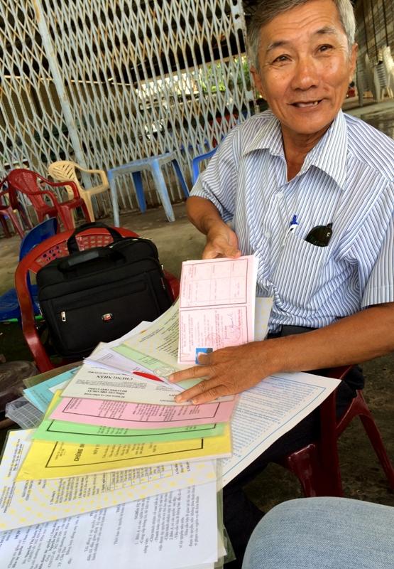 Ông Nguyễn Phú Tia và các giấy chứng nhận sản phẩm.