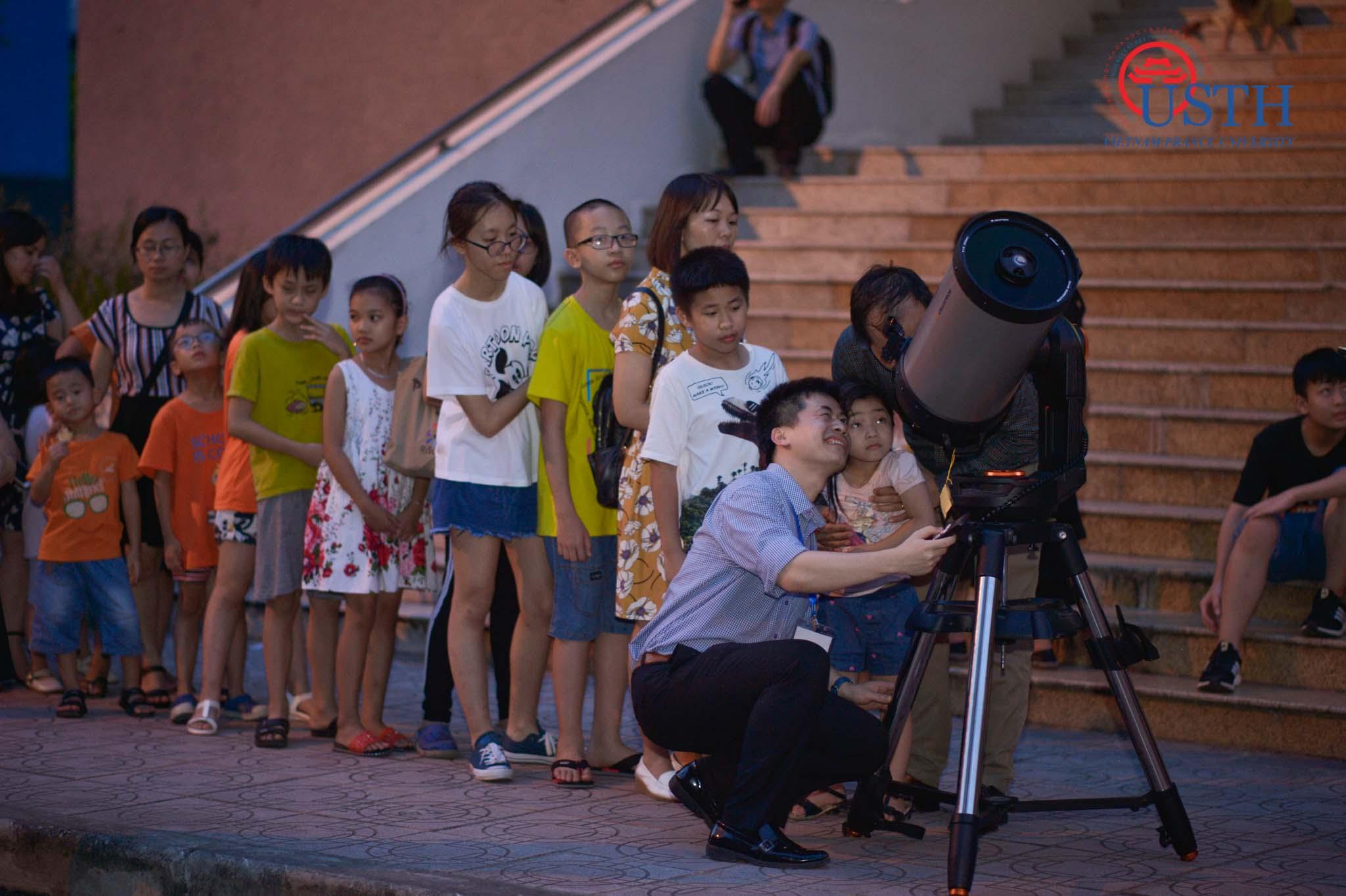 Các em nhỏ quan sát hiện tượng nhật thức trong Ngày hội vũ trụ 2019. Ảnh:Khánh Minh