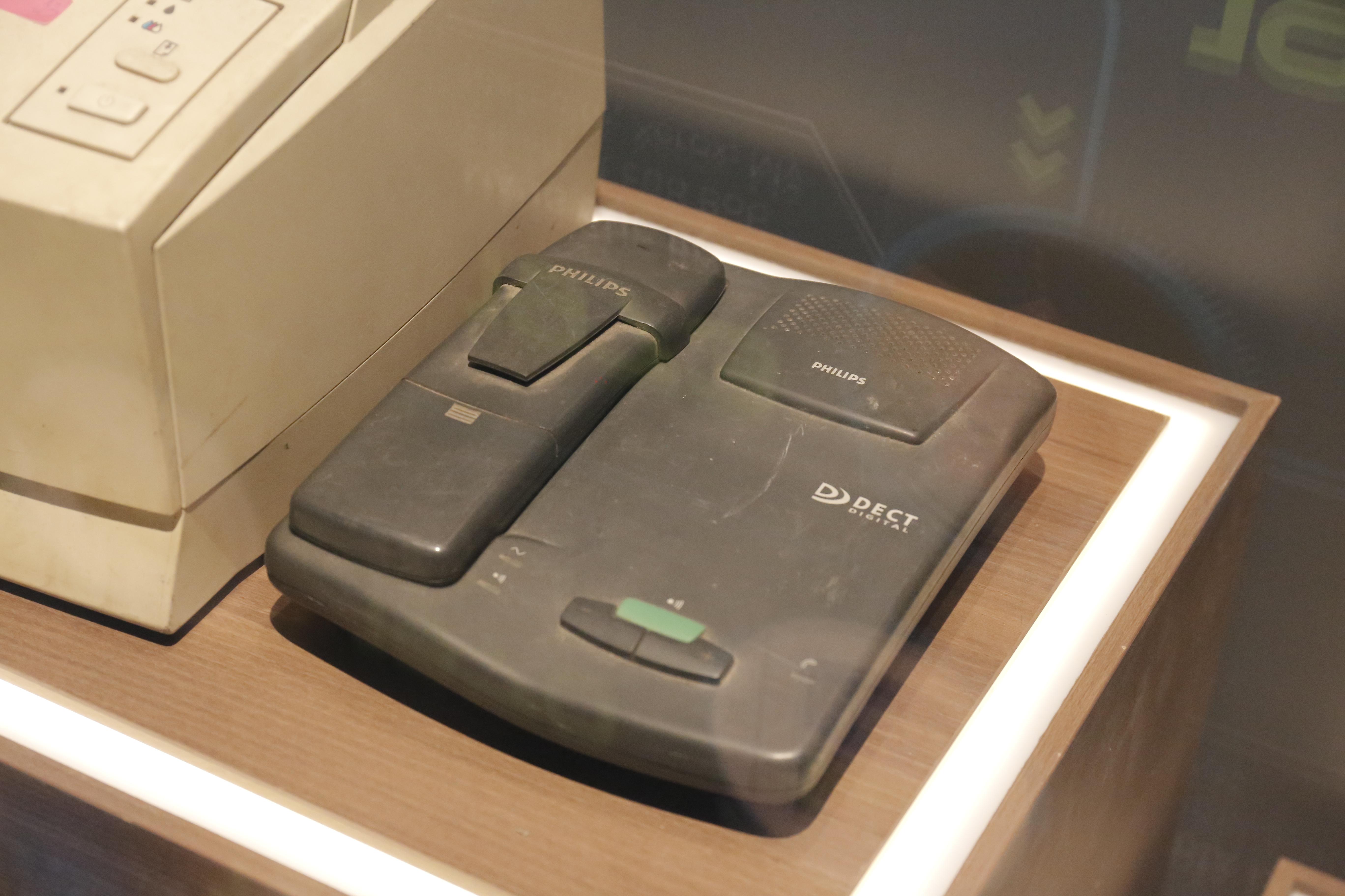 Điện thoại số đầu tiên của những năm 1980 - 1990 do hãng Philips sản xuất.