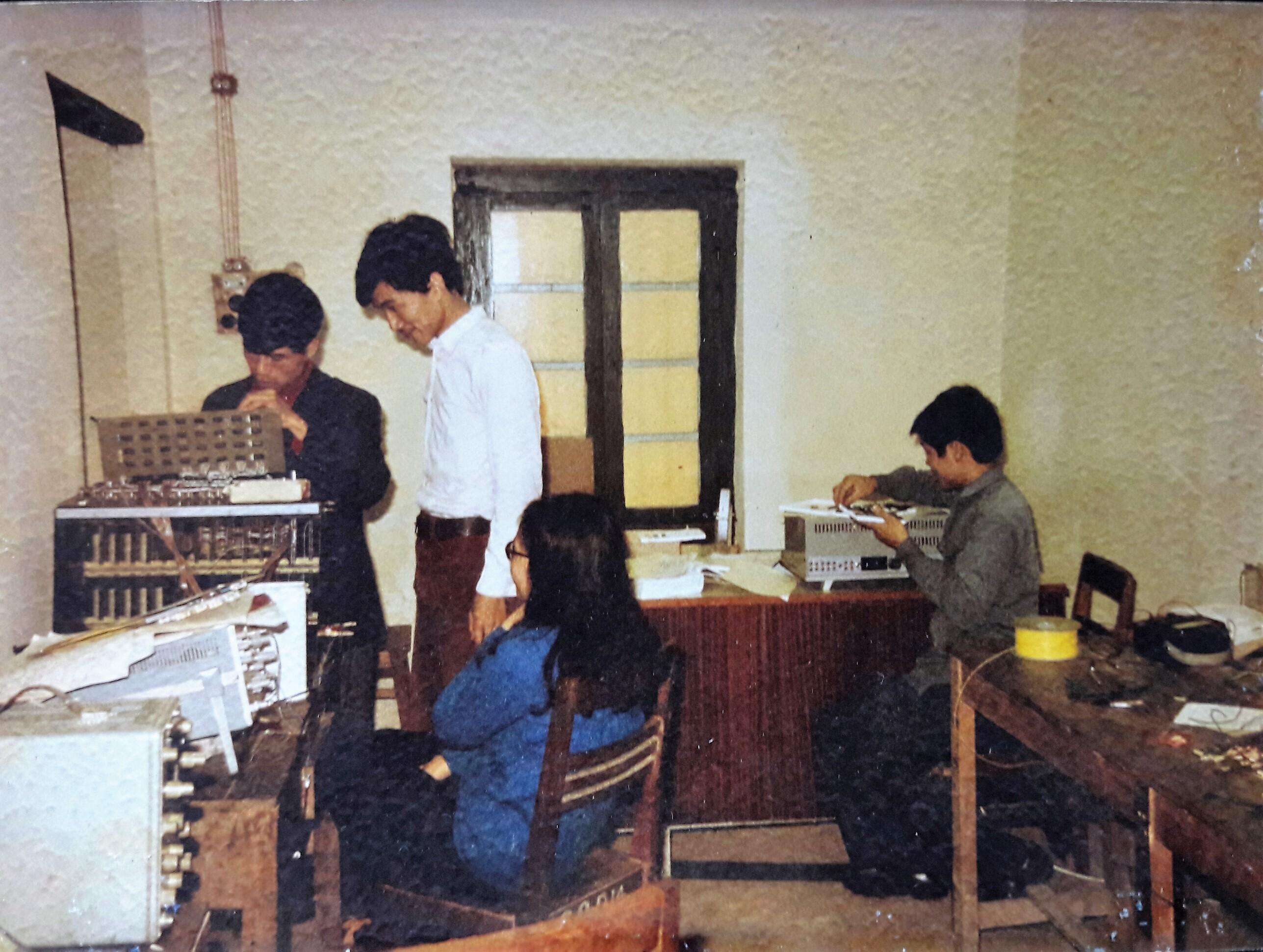 Nguyễn Trung Đồng, Nghiêm Mỹ, Phan Minh Tân, Nguyễn Chí Công lắp máy VT80 tháng 1-1977. Đây là chiếc máy vi tính đầu tiên do Việt Nam chế tạo.