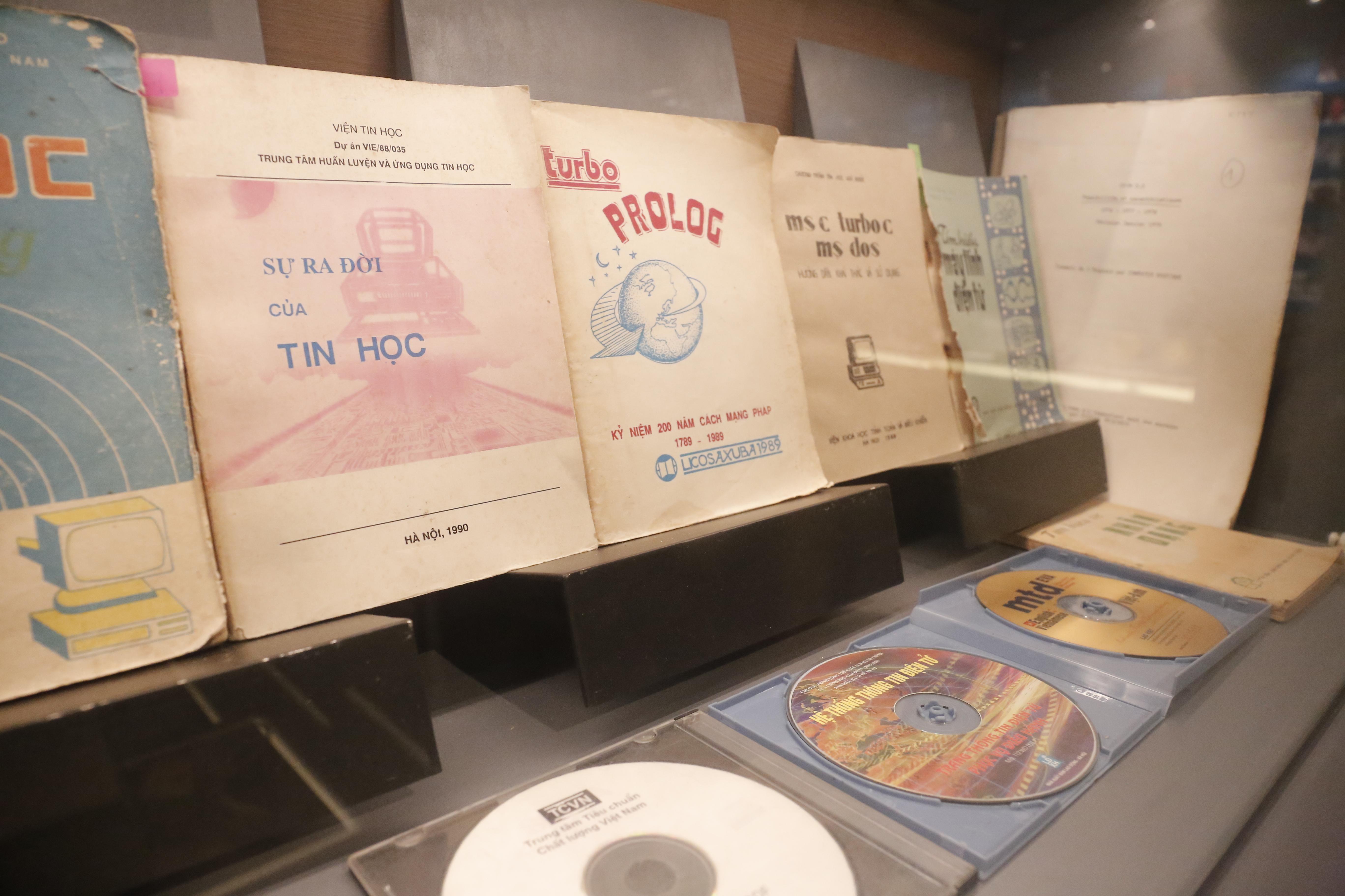 Nhóm những cuốn sách đầu tiên viết về tin học tại Việt Nam vào khoảng những năm 1980 - 1990.