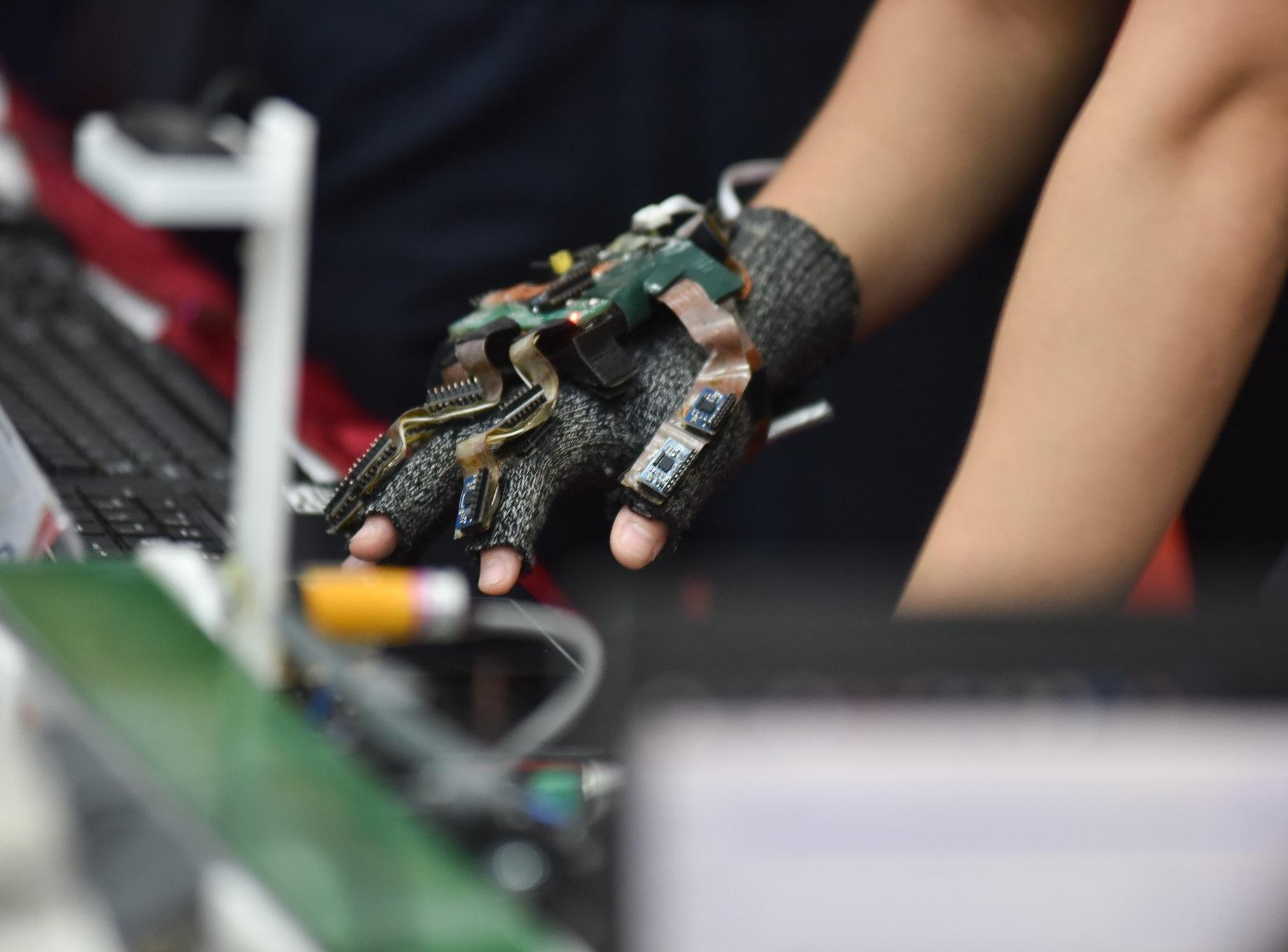 Trưng bày găng tay thực tế ảo ứng dụng trong điều khiển và ngôn ngữ ký hiệu tại Hội nghị Tổng kết hoạt động sinh viên nghiên cứu khoa học ngày 31/5/2019 của trường ĐH Bách Khoa Hà Nội. Ảnh: HUST CCPR