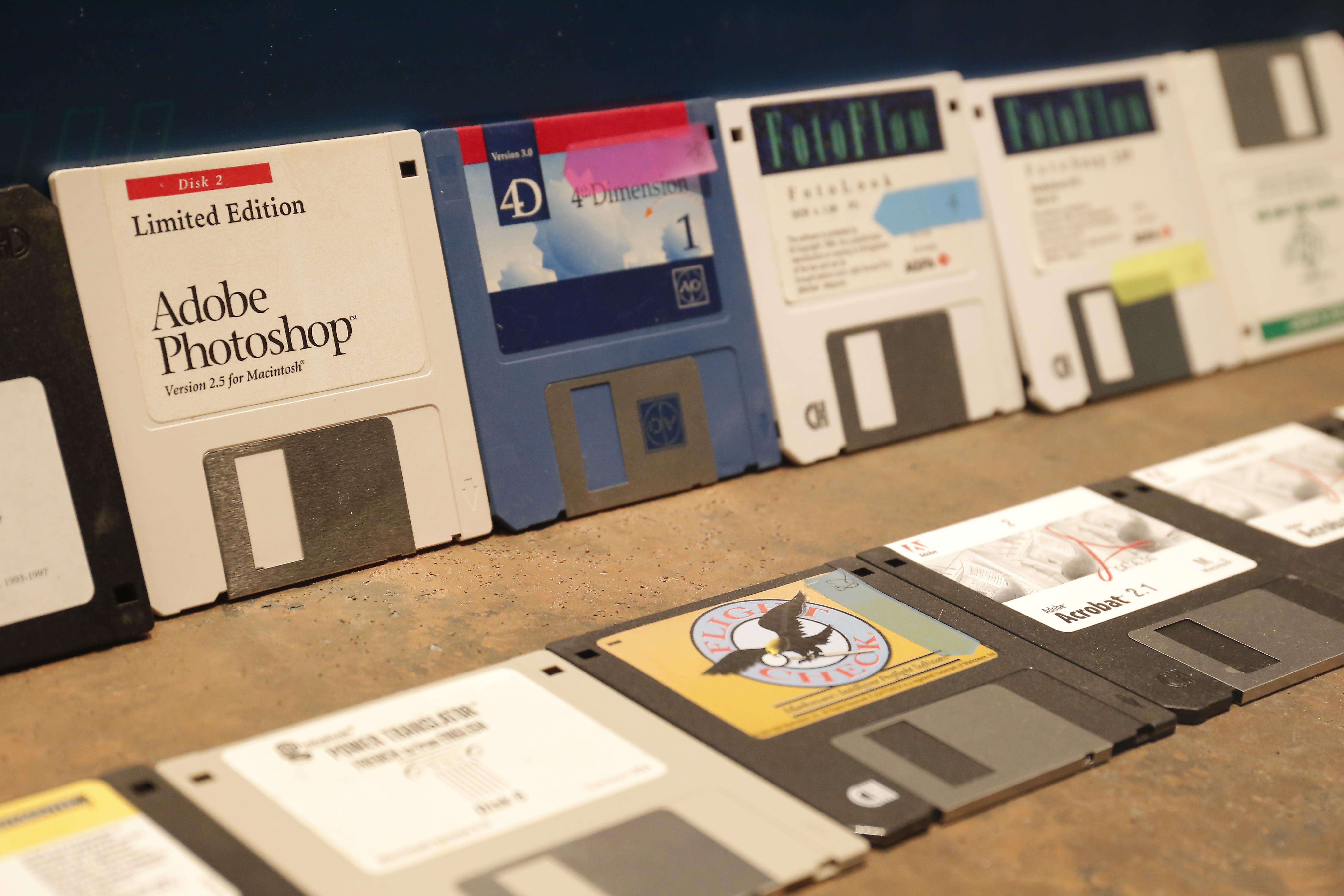 Các phần mềm photoshop, viễn thông, dịch, xử lý ảnh, xử lý văn bản, v.v, được mua ở nước ngoài.