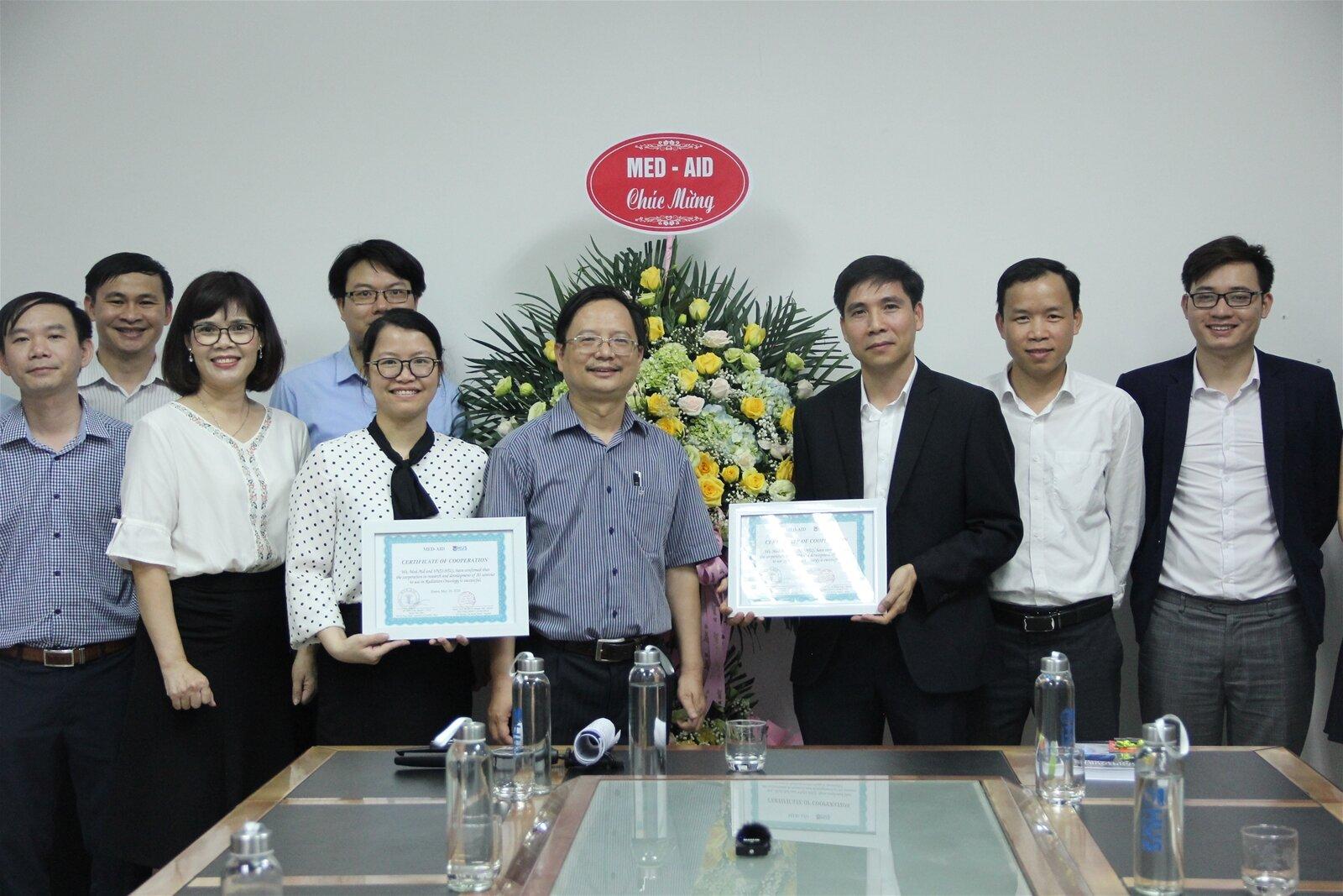 TS. Đỗ Thanh Hà (thứ ba từ trái sang, hàng trên) trong buổi lễ bàn giao sản phẩm cho công ty Med Aid. Nguồn: HUS