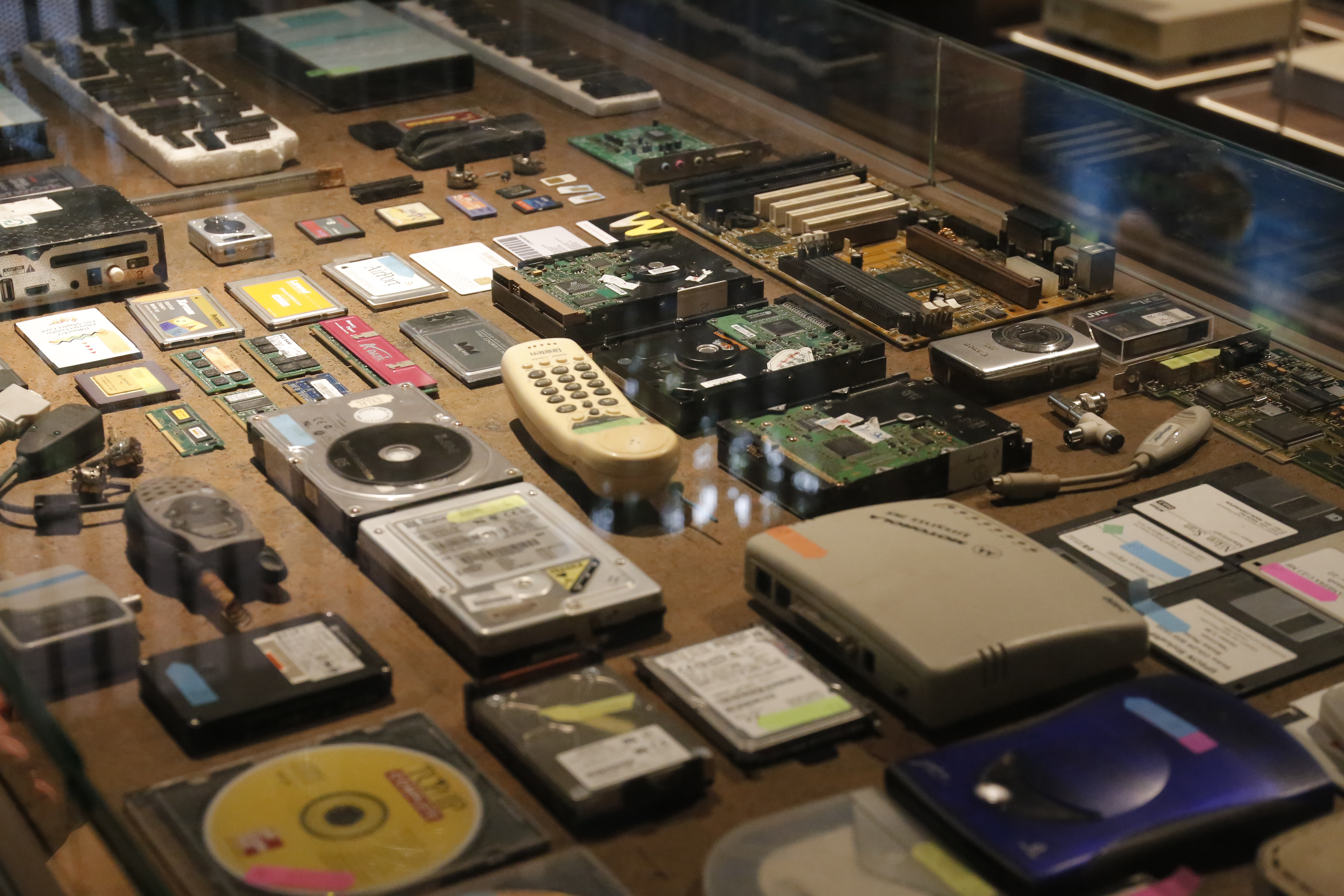 Một góc các linh kiện, thiết bị được trưng bày tại bảo tàng. Các hiện vật này được chia làm 3 nhóm phần cứng, phần mềm và mạng.