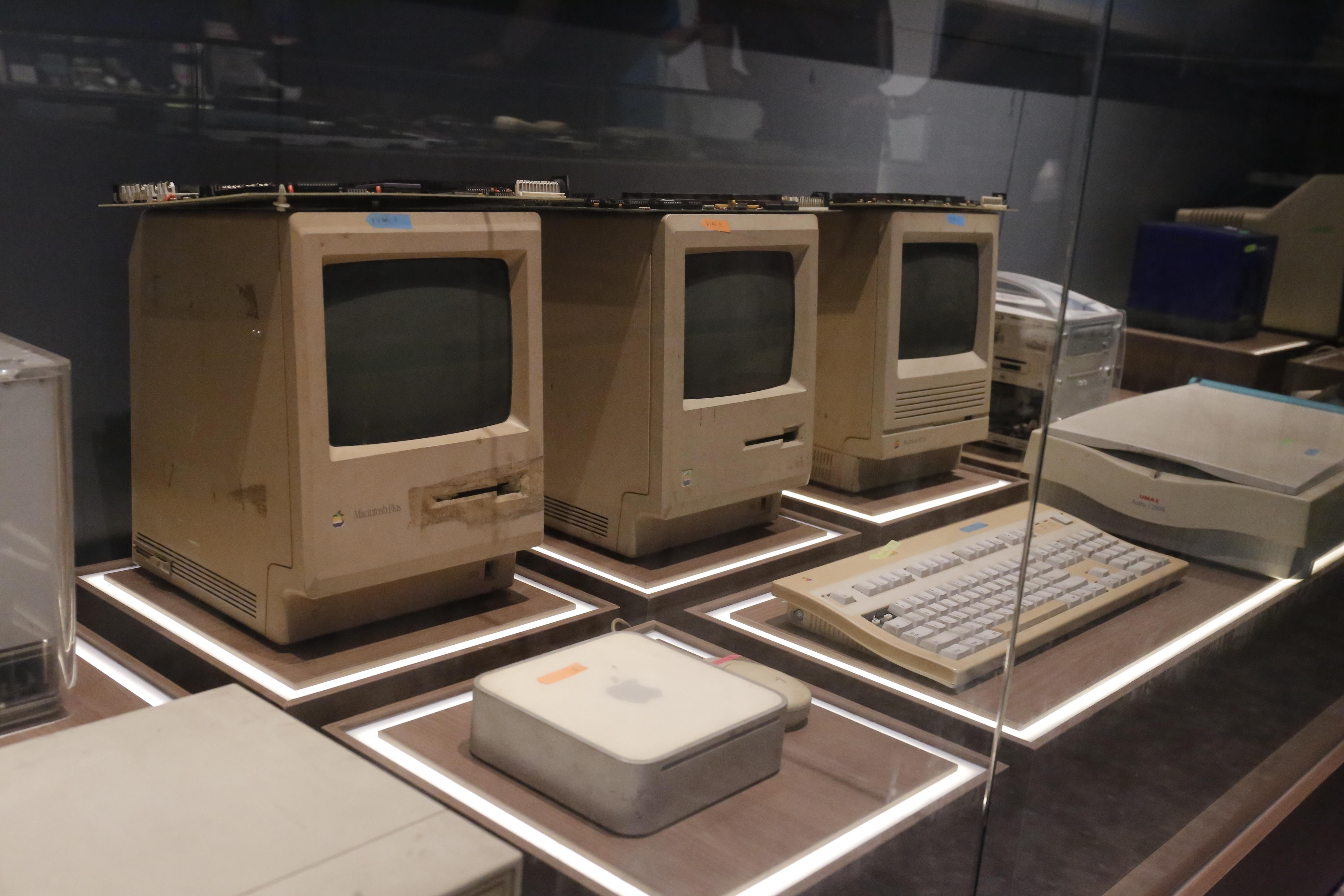 """Các máy tính Macintosh những năm 1984, 1986, 1988 của hãng Apple. Theo TS. Công, """"dòng Mac này là một cuộc cách mạng, cách mạng ở chỗ nó thay giao diện chữ bằng giao diện đồ họa, thay giao diện bàn phím bằng giao diện con chuột"""". Với những chiếc máy tính này, nhóm của TS. Công đã sử dụng để làm những font chữ Việt đầu tiên."""