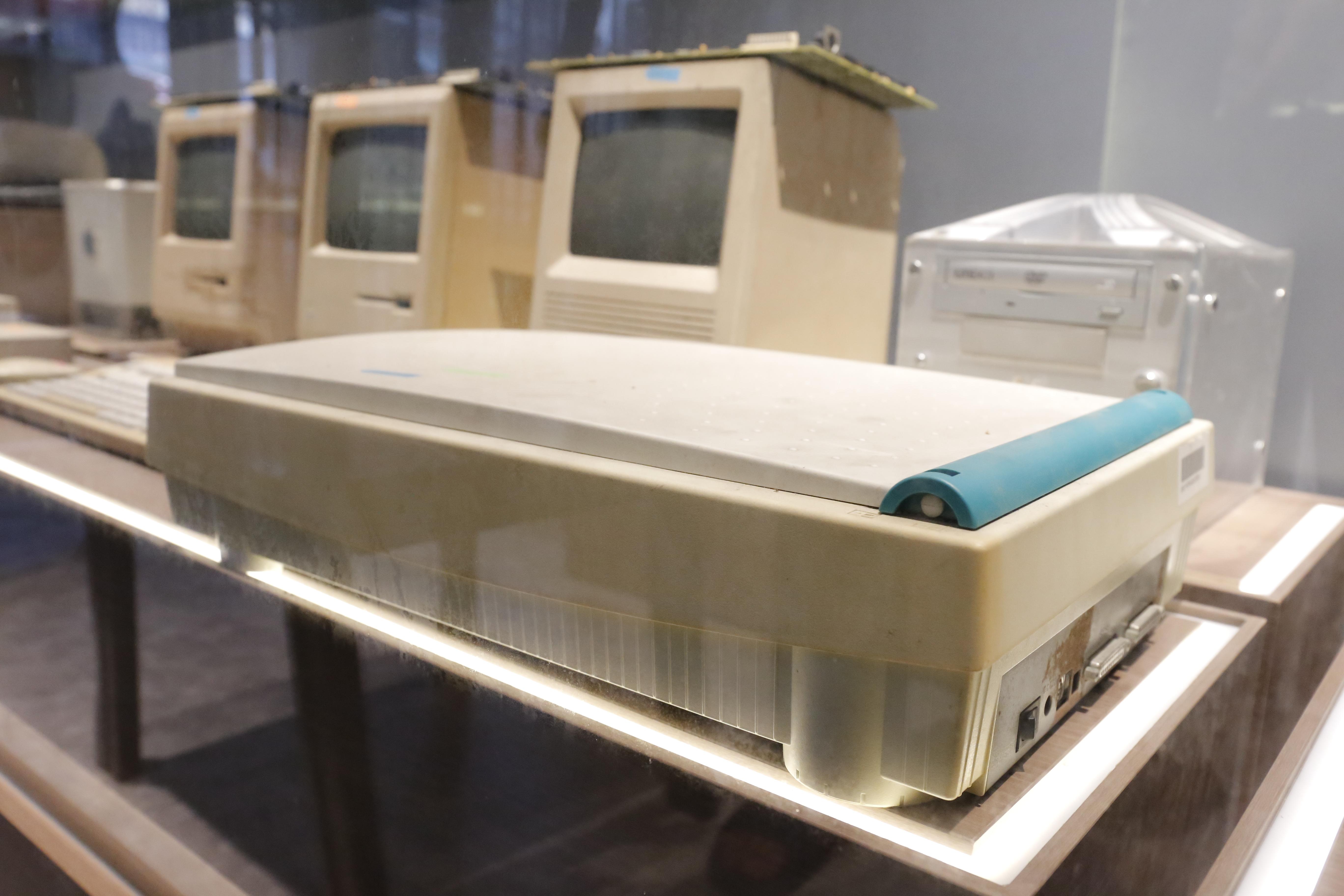 """Máy Scanner phẳng được dùng trong chế bản điện tử (desktop publishing). Máy sẽ quét những hình ảnh, phim vào để xử lý, sau đó mới in các sản phẩm. Đây là những thiết bị gắn với công trình mà nhóm TS. Công làm việc cùng báo Nhân Dân, mà đã góp phần """"thay đổi toàn bộ nền in ấn Việt Nam khi đưa những thiết bị này vào"""". Với nền in ấn hiện đại gọi là desktop publishing hay là electronic publishing, biên tập viên, nhà báo hiện nay hoàn toàn có thể làm việc từ xa mà không cần phải đến tòa soạn."""
