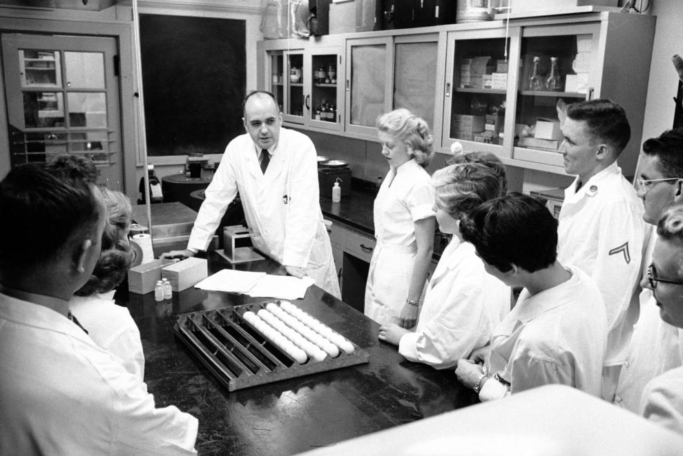 Nhà virus học Maurice Hilleman với nhóm nghiên cứu của ông tại Viện Nghiên cứu Y tế quân đội Walter Reed vào năm 1957. Năm đó Hilleman và nhóm của ông xác định là sẽ nghiên cứu phát triển 40 triệu liều vaccine để phòng virus cúm Hồng Kông.