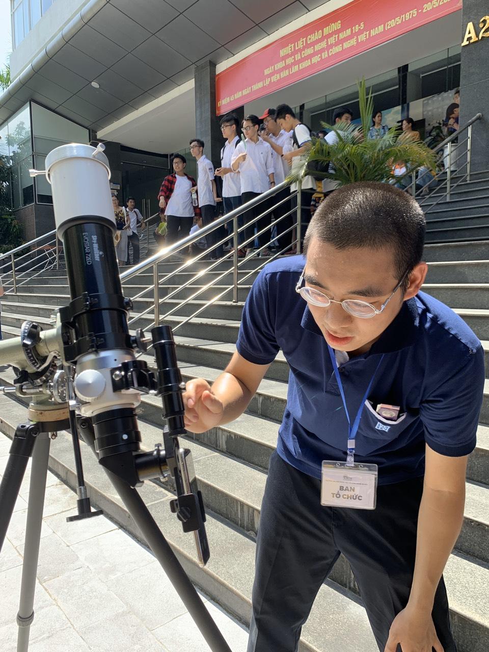 Bạn Phan Việt Dũng - Cộng đồng Vật lý thiên văn đang chỉnh lại kính thiên văn để việc quan sát được dễ dàng.