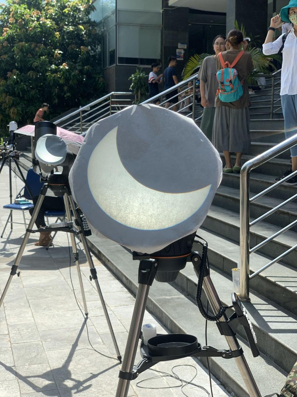 Hiện tượng nhật thực với độ che phủ khoảng 30%.