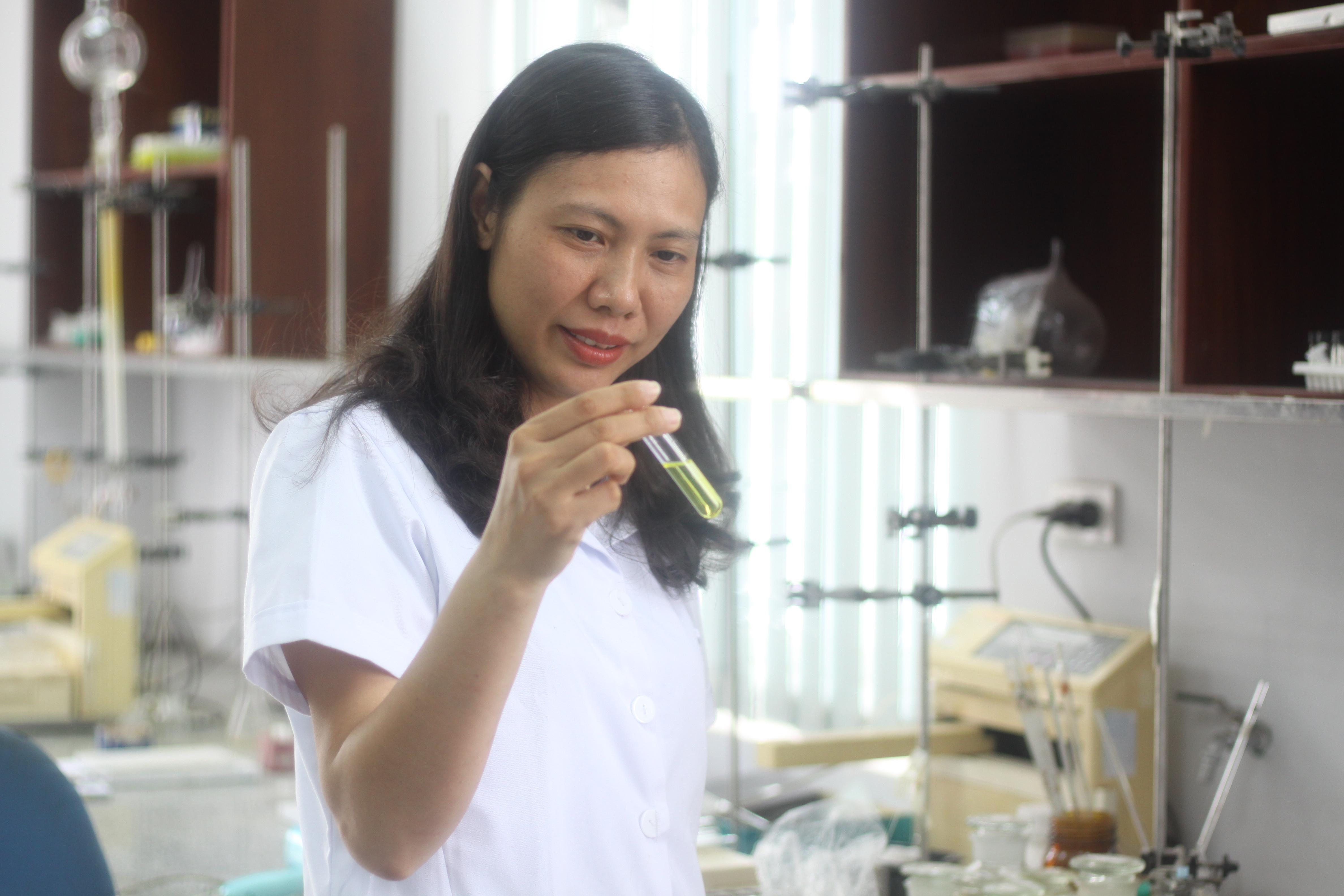 TS. Trần Thị Hồng Hạnh, Viện Hóa sinh biển, Viện Hàn lâm Khoa học & Công nghệ Việt Nam trong phòng thí nghiệm