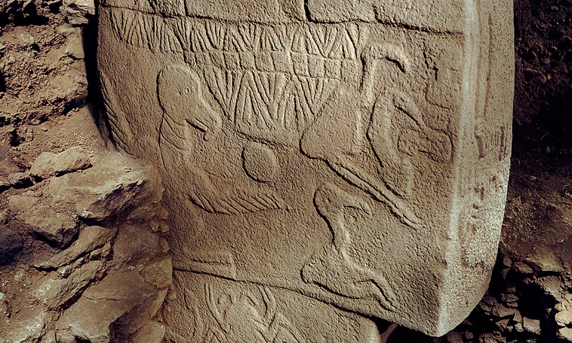Phiến đá chạm khắc một người đang quỳ gối, cầm trên tay một đầu động vật để hiến tế các vị thần. Ảnh: Sci-news.