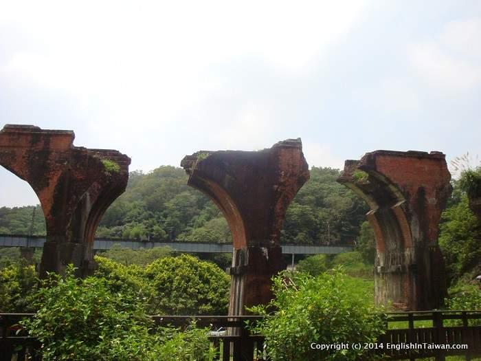 Đài Loan cũng từng có Ngư Đằng Bình Đoạn Kiều, một cây cầu đường sắt bằng gạch nung ấn tượng do người Nhật xây dựng vào năm 1907, nhưng sau đó đã bị phá hủy bởi trận động đất kinh hoàng năm 1935. Ảnh: Taiwan Railways.