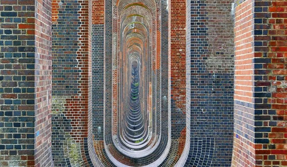 Kết cấu khung vòm ngược bên trong Ouse Valley Viaduct. Ảnh: Shutterstock.