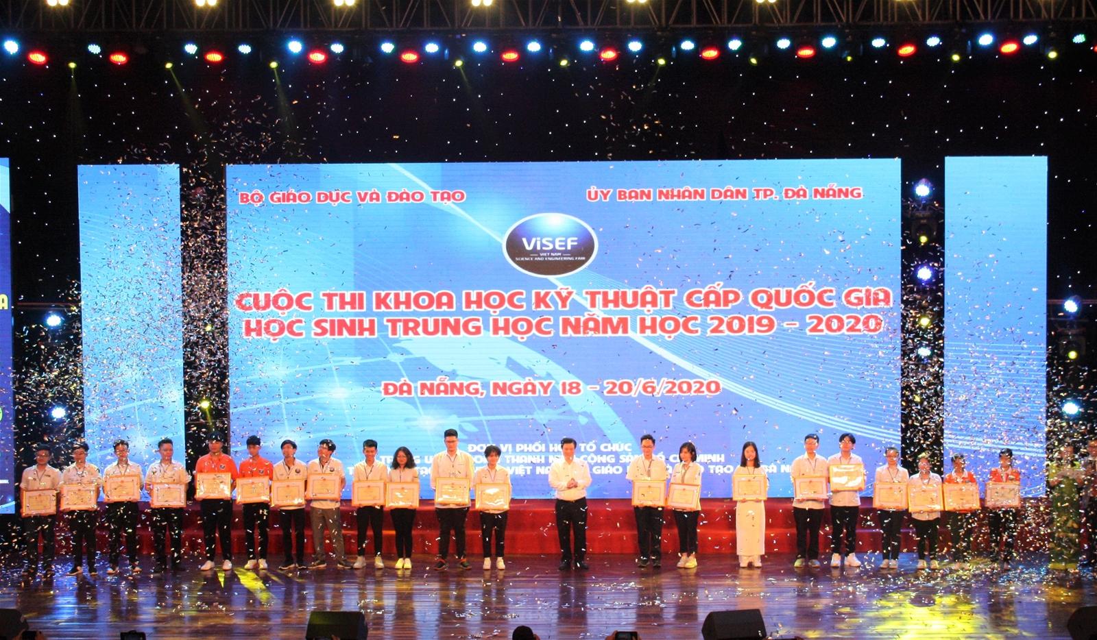 Thứ trưởng Bộ GD&ĐT Nguyễn Hữu Độ trao giải cho các học sinh có dự án đạt giải nhất.