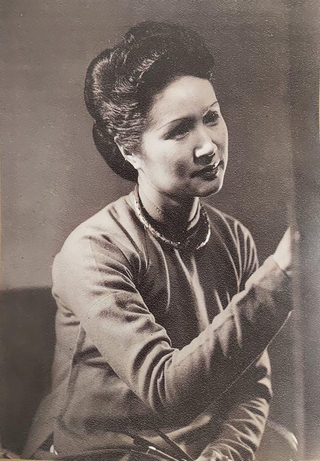 Họa sĩ Lê Thị Lựu bên giá vẽ, Paris, 1947. Nguồn: Lê Thị Lựu - Ấn tượng hoàng hôn