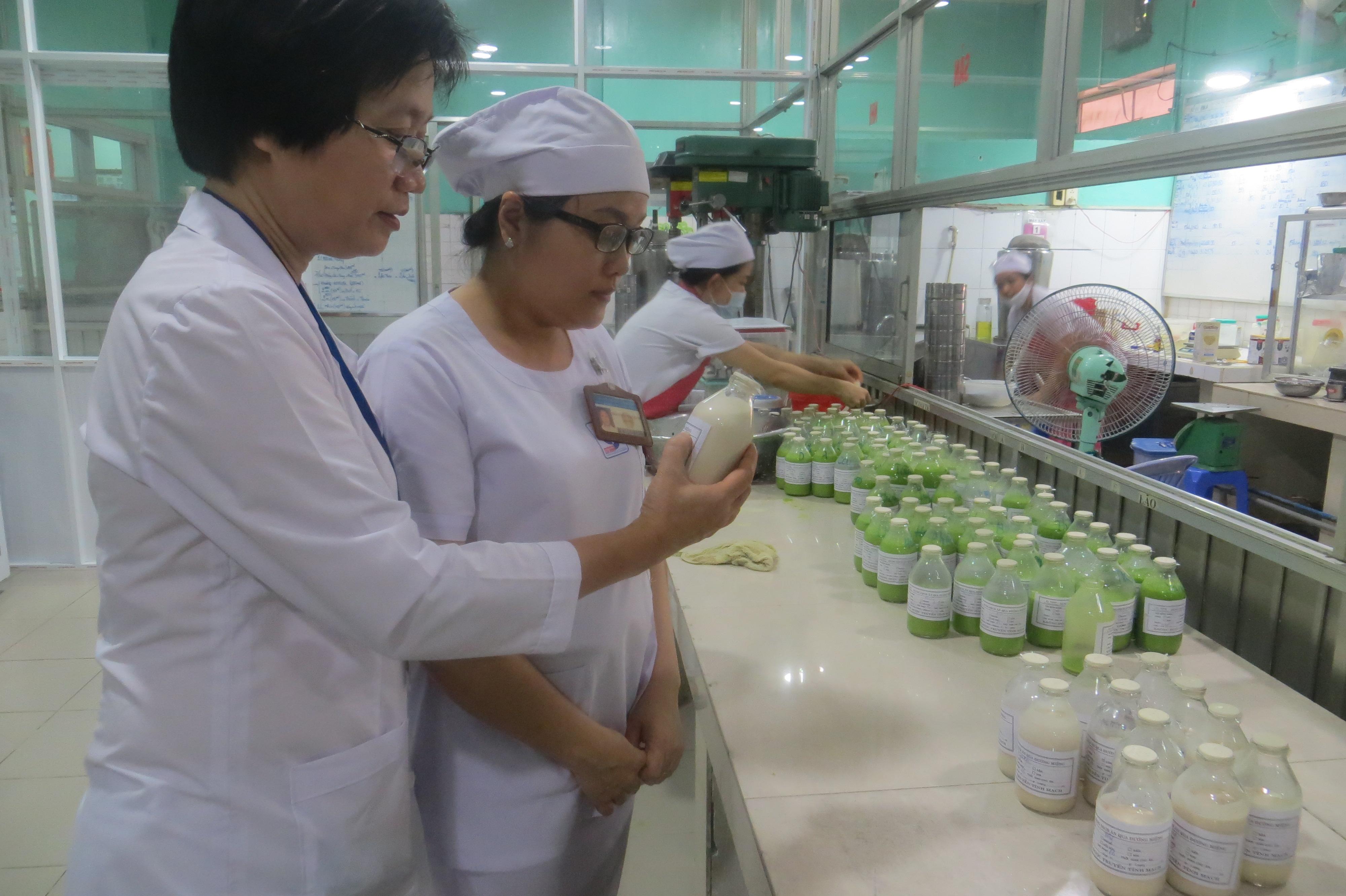 PGS.TS.BS. Tạ Thị Tuyết Mai (trái) và sản phẩm sữa cao đạm.