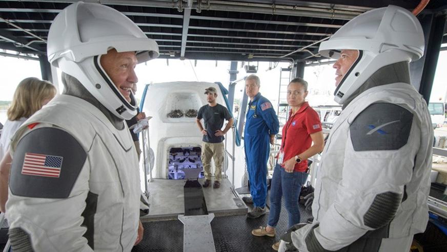 Hai phi hành gia của NASA, Dough Hurley và Bob Behnken là những nhà du hành vũ trụ đầu tiên được đưa lên quỹ đạo trên một chiếc tàu được công ty tư nhân chế tạo. Ảnh: Bill Ingalls/AP/Shutterstock