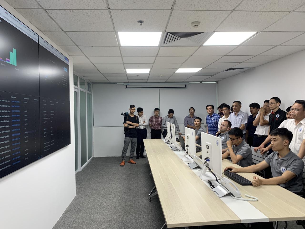 Nhân viên công ty SAVIS trình diễn quá trình hacker tấn công và thực hiện việc bảo mật trên nền tảng của SAVIS