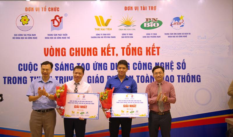 Ông Phạm Xuân Đà đại diện ban tổ chức trao giải thưởng cho các tác giả đoạt giải. Ảnh: Quân Hoàng