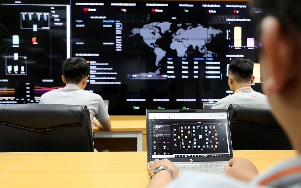 Các kỹ sư bảo mật diễn tập giám sát và ứng phó sự cố an ninh mạng sử dụng Trung tâm điều hành SOC. Ảnh: Thu Hằng