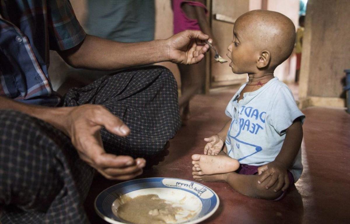 """Chủ tịch IFAD Gilbert F. Houngbo nhấn mạnh: """"Hậu quả từ dịch Covid-19 có thể đẩy nhiều gia đình ở khu vực nông thôn rơi vào tình trạng nghèo, đói ăn và tuyệt vọng hơn. Đây là một mối đe dọa thực sự đối với sự thịnh vượng và ổn định toàn cầu."""" Trong ảnh: Cho đứa trẻ ăn ở Ukhiya, Bangladesh. Covid-19 có nguy cơ làm suy yếu các nỗ lực giảm đói. Nguồn: WFP"""