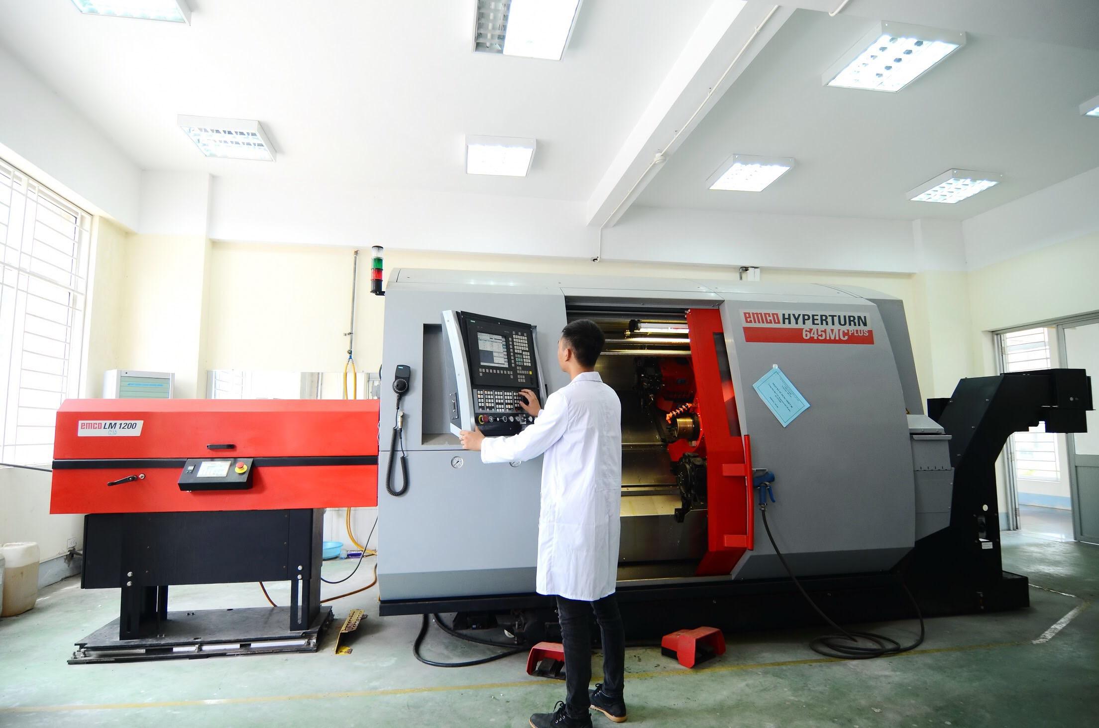 Cử nhân kỹ thuật là người tốt nghiệp trình độ đại học, được đào tạo theo ngành rộng với kiến thức và kỹ năng cơ bản để có thể tham gia thiết kế và vận hành các hệ thống, quy trình và sản phẩm. Trong khi đó, kỹ sư được đào tạo thêm kiến thức chuyên sâu theo chuyên ngành hẹp hoặc theo lĩnh vực ứng dụng, cùng với những kỹ năng nghề nghiệp để có khả năng thiết kế, chế tạo và cải tiến các hệ thống, quy trình và sản phẩm. Trong ảnh: Sinh viên Viện Cơ khí làm thí nghiệm trên máy CNC