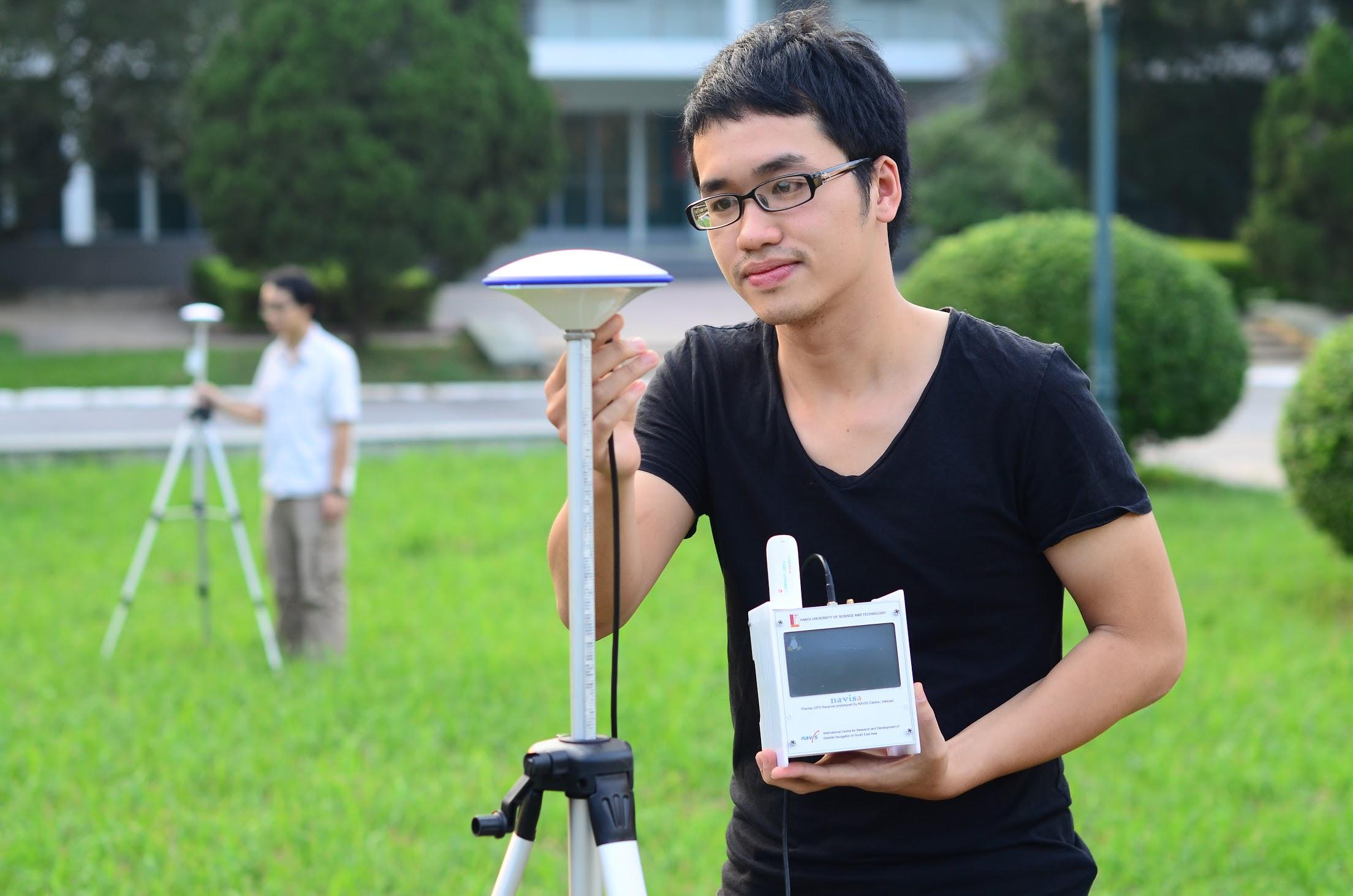 Cán bộ và sinh viên Trung tâm NAVIS, Viện CNTT&TT, ĐH Bách khoa Hà Nội, thử nghiệm thiết bị thu tín hiệu vệ tinh định vị. Nguồn: HUST