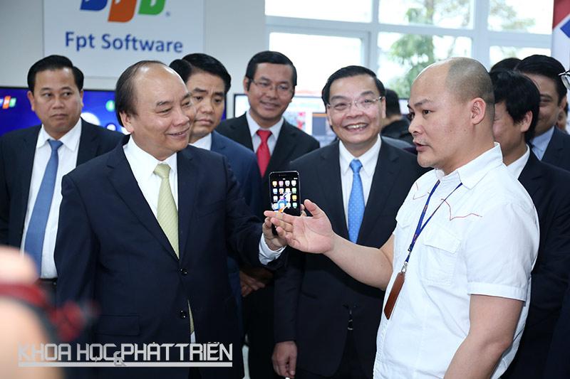 Thủ tướng Nguyễn Xuân Phúc thăm khu trưng bày và nghe giới thiệu về các sản phẩm công nghệ cao ở Khu CNC Hoà Lạc.