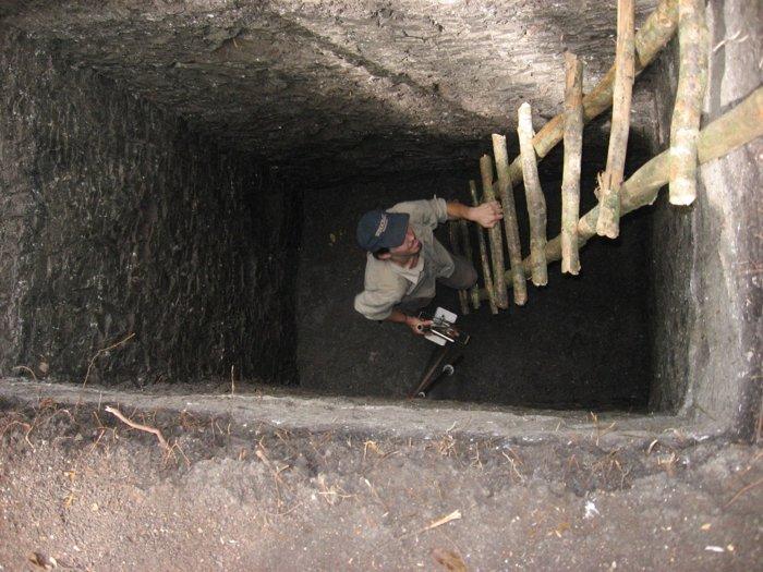 Brian Lane, thành viên của nhóm nghiên cứu, đang lấy mẫu trầm tích dưới đáy hồ Perdido ở Tikal [nay đã cạn nước]. Ảnh: UC.