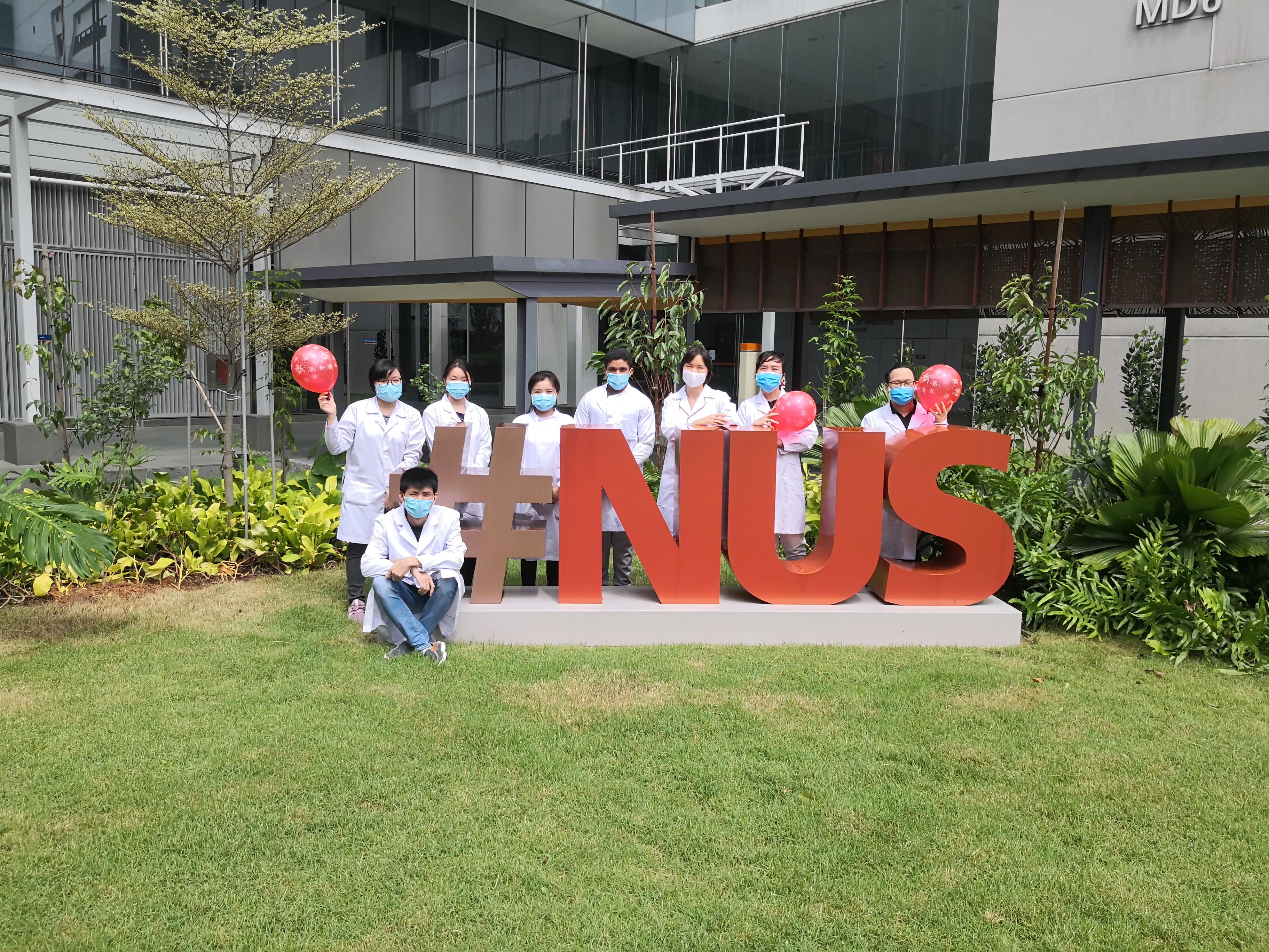 PGS TS Minh Lê và các cộng sự tại phòng thí nghiệm ở trường ĐH Quốc gia Singapore.