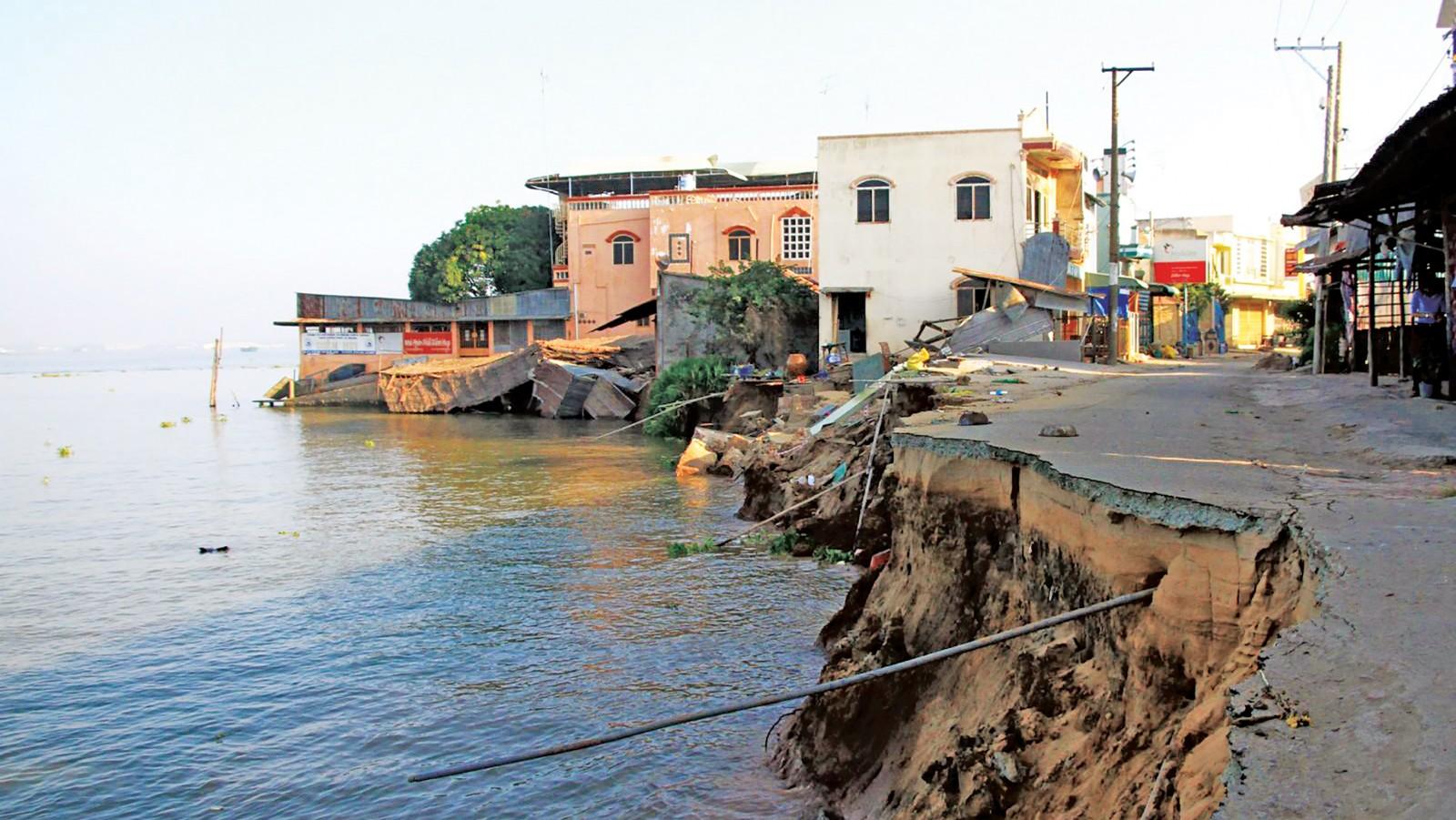 Nước mặt suy thoái, nguồn nước ngầm cạn kiệt là một trong những nguyên nhân gây sạt lở tại ĐBSCL. Trong ảnh: Sạt lở tại tỉnh An Giang.